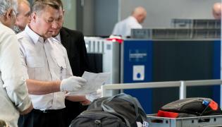 Pracownicy Poczty Polskiej podczas kontroli bezpieczeństwa w Międzynarodowym Porcie Lotniczym Katowice - Pyrzowice