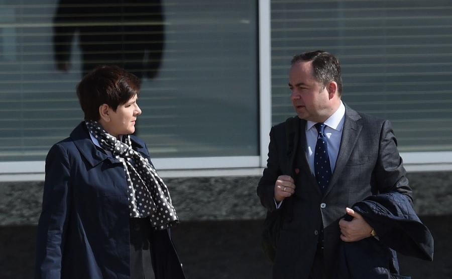 Premier Beata Szydło i wiceminister spraw zagranicznych Konrad Szymański na lotnisku w Warszawie