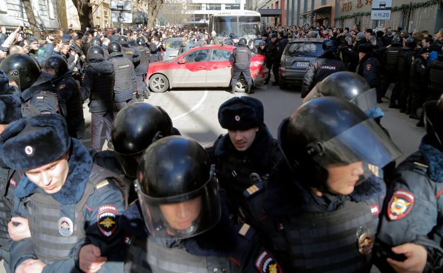 Kordon milicji otoczył więźniarkę z zatrzymanymi