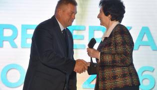 Nagrodzony w kategorii Trener Roku pracujący z kobietami - trener młociarki Anity Włodarczyk Krzysztof Kaliszewski (L) odbiera nagrodę z rąk członkini zarządu PKOl Ireny Szewińskiej
