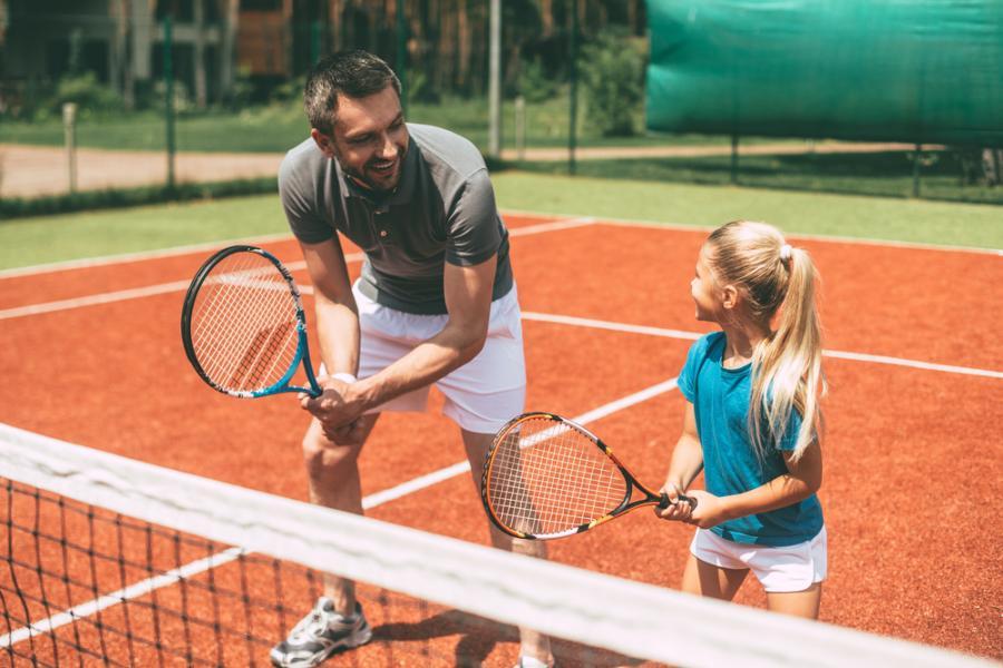 Ojciec gra z córką w tenisa