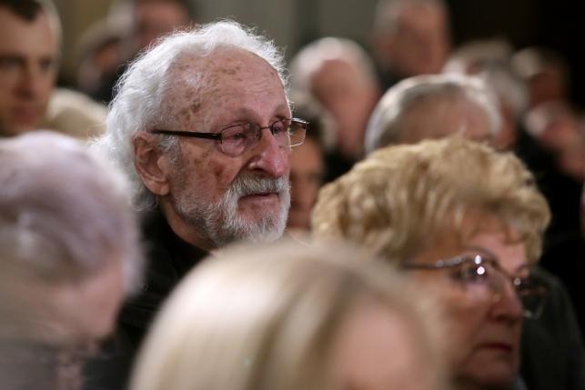 Aktor Franciszek Pieczka (L) podczas uroczystości pogrzebowych Witolda Pyrkosza