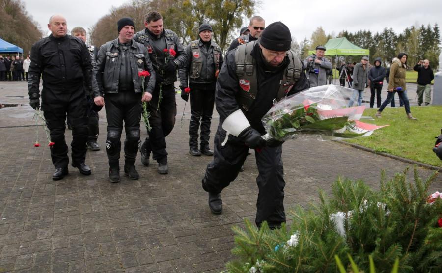 Motocykliści składają kwiaty