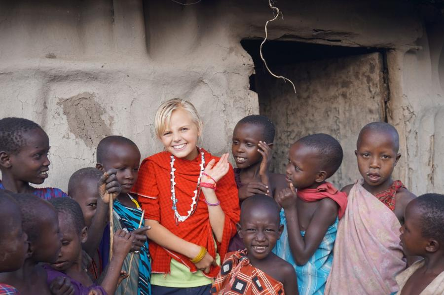 Lusia z małymi mieszkańcami masajskiej wioski