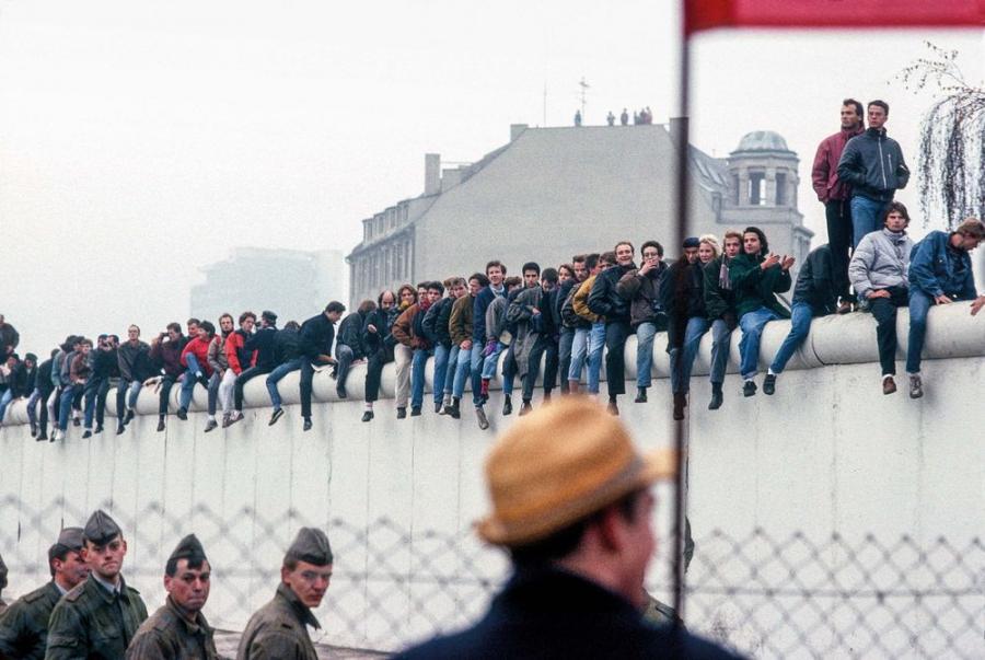 Mlodziez Berlina Zachodniego czeka na przejscie mieszkancow Berlina Wschodniego, przy Potsdamer Platz. Berlin, 12, listopad 1989 / Fot. Chris Niedenthal