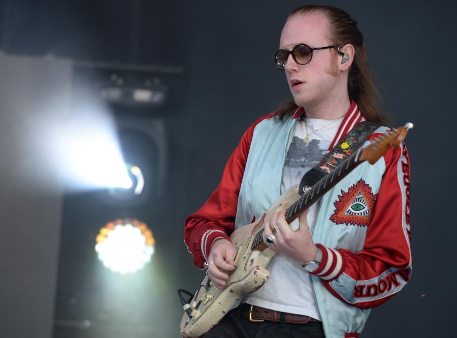 Alex Trimble, wokalista irlandzkiej grupy Two Door Cinema Club podczas koncertu w drugim dniu Orange Warsaw Festival 2017 w Warszawie