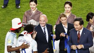 Szef FIFA Gianni Infantino i premier koreańskiego rządu Lee Nak-yeon