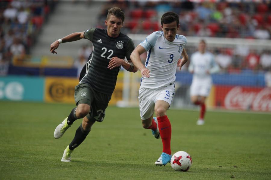 Reprezentant Niemiec Maximilian Philipp (L) i Ben Chilwell (P) z Anglii podczas półfinałowego meczu piłkarskich mistrzostw Europy U21