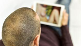 Mężczyzna oglądający pornografię