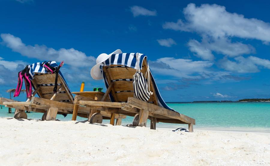 Leżaki na brzegu morza
