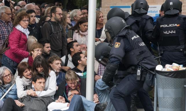 Starcia z policją w Barcelonie. Burmistrz miasta mówi o ponad 760 rannych. ZDJĘCIA z zajść podczas referendum