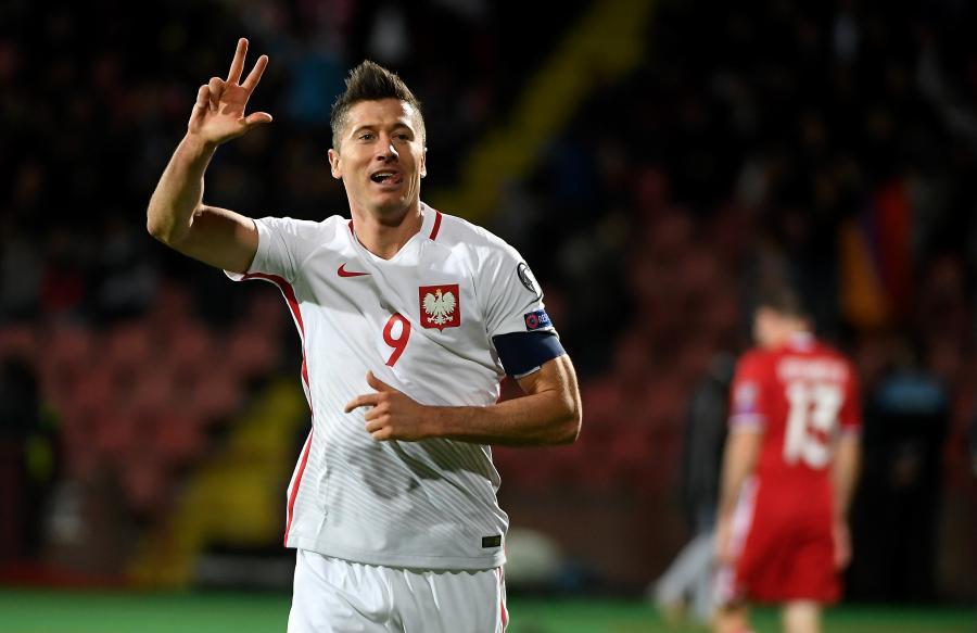Robert Lewandowski cieszy się ze swojej trzeciej bramki podczas meczu grupy E eliminacji mistrzostw świata z Armenią