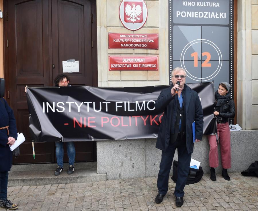 Jacek Bromski podczas pikiety w obronie dyrektor PISF, Magdaleny Soroki