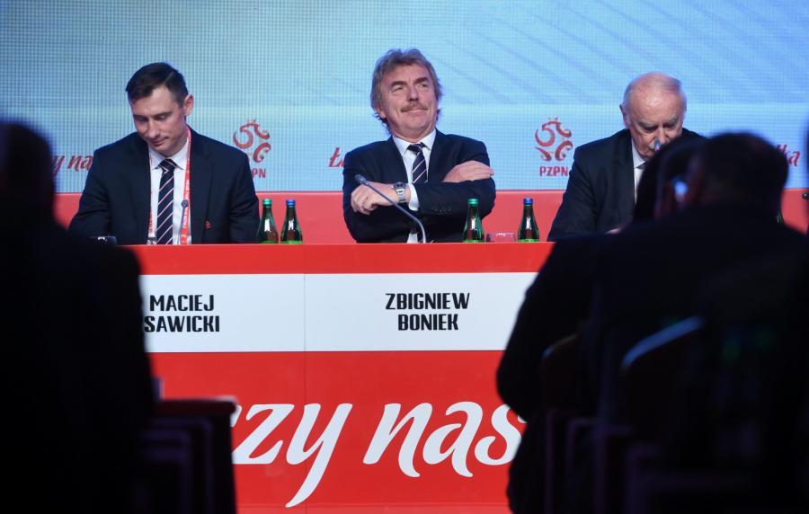 Prezes PZPN Zbigniew Boniek (C) oraz Maciej Sawicki (L) i Eugeniusz Nowak (P)