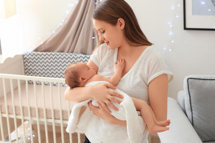 Matka trzyma niemowlę