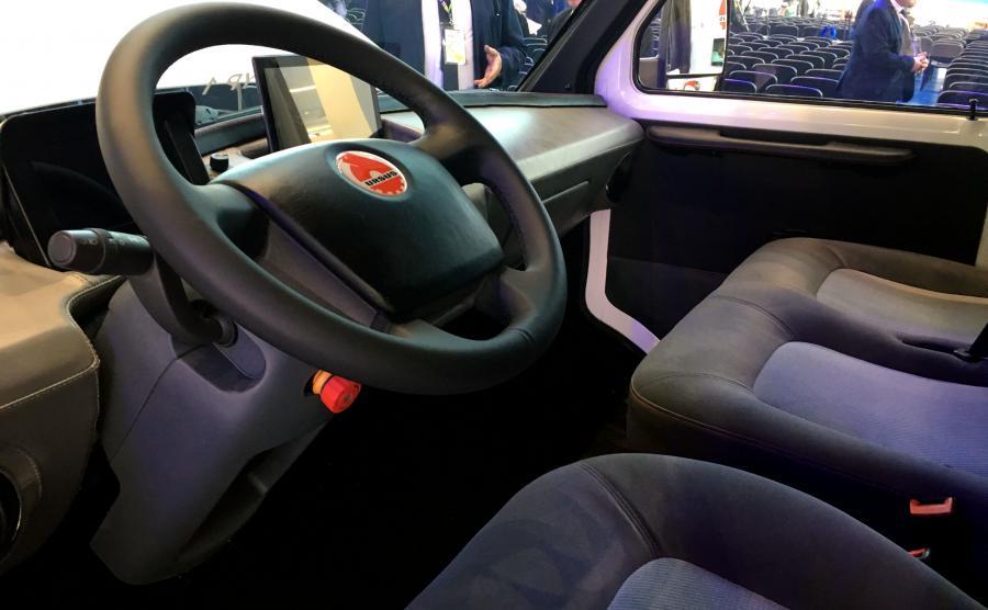 Zamiast tradycyjnych zegarów jest ekran, na którym będą wyświetlane takie parametry jak prędkość auta oraz poziom naładowania akumulatorów. Na środku kokpitu przewidziano tablet