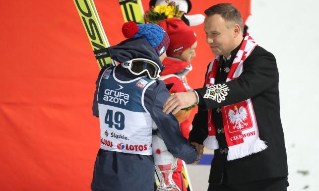 Andrzej Duda w Wiśle kibicował polskim skoczkom. Prezydent wyściskał Kamila Stocha [FOTO]