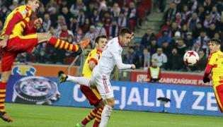 Piłkarz Górnika Zabrze Igor Angulo (C) strzela bramkę podczas meczu Ekstraklasy z Jagiellonią Białystok