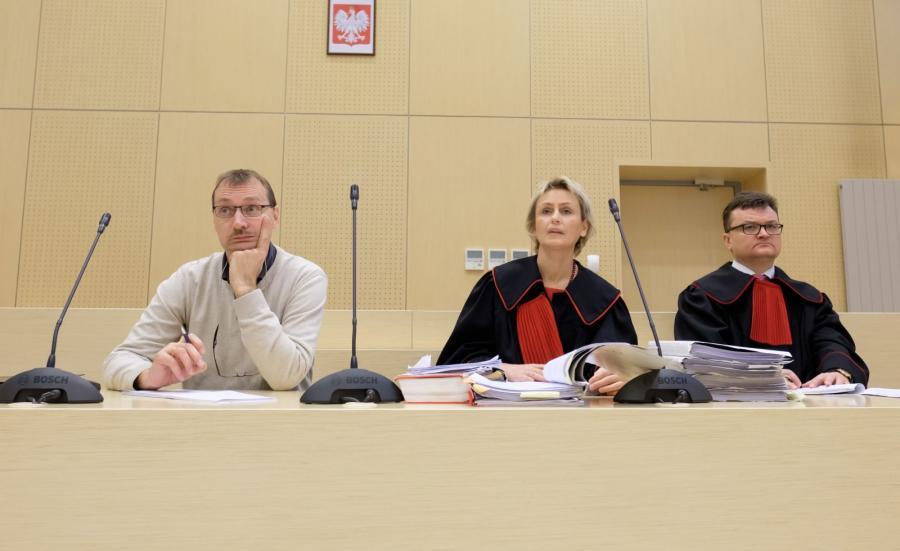 Brat zaginionego dziennikarza Jacek Ziętara (L), prokurator Elżbieta Potoczek-Bara (C) i prokurator Piotr Kosmaty (P) na sali sądowej
