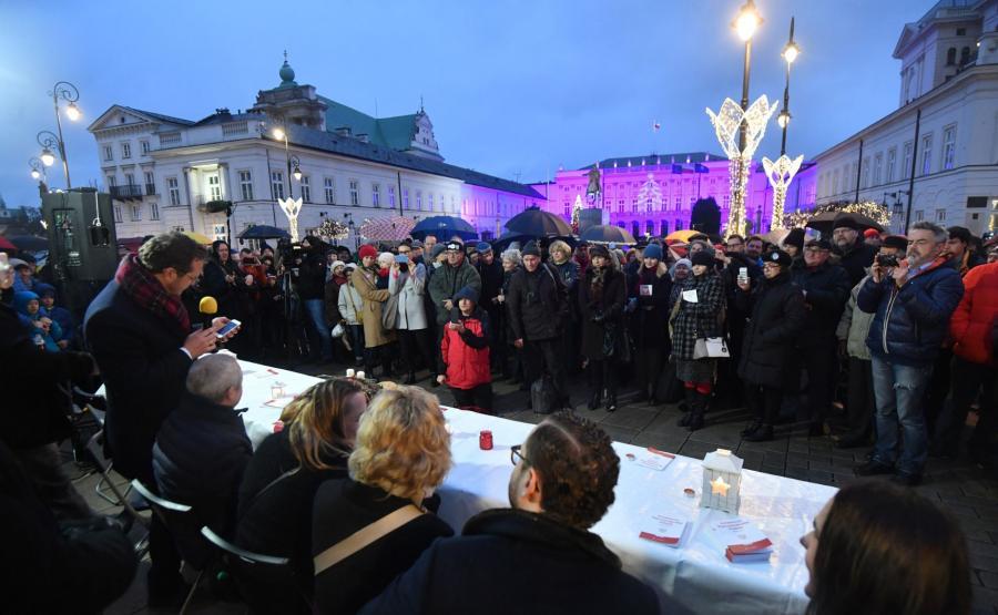 Obywatele RP przed Pałacem Prezydenckim