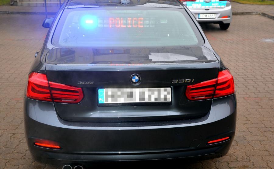 Przed głupimi zachowaniami na drodze powinny też odstraszać emblematy na klapie bagażnika - oznaczenia xDrive po lewej i 330i po prawej to sygnał, że przed może jechać policja