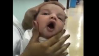Pielęgniarki ściskają główkę dziecka