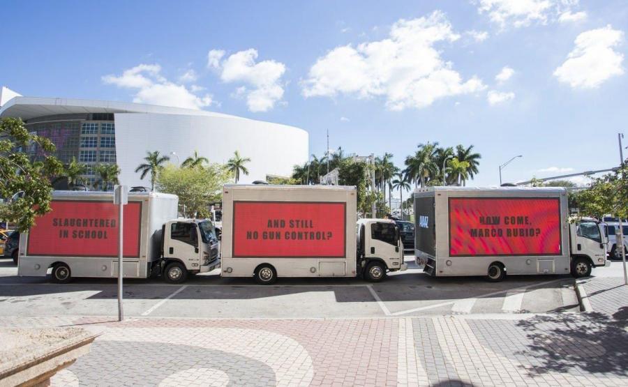 Trzy billboardy przed biurem Marco Rubio na Florydzie