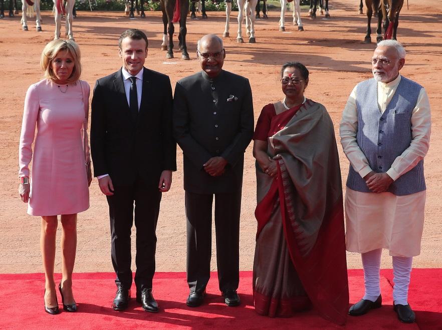 Brigitte i Emmanuel Macronowie z premierem (po prawej) oraz prezydentem Indii i jego małżonką