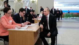 Władimir Putin w lokalu wyborczym
