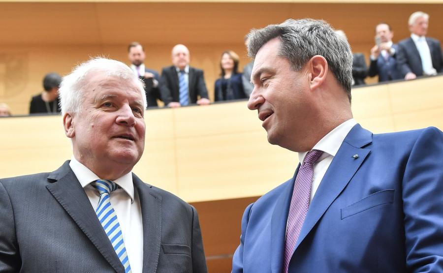 Horst Seehofer (z lewej) i premier Bawarii Markus Soeder