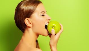 Kobieta gryzie jabłko