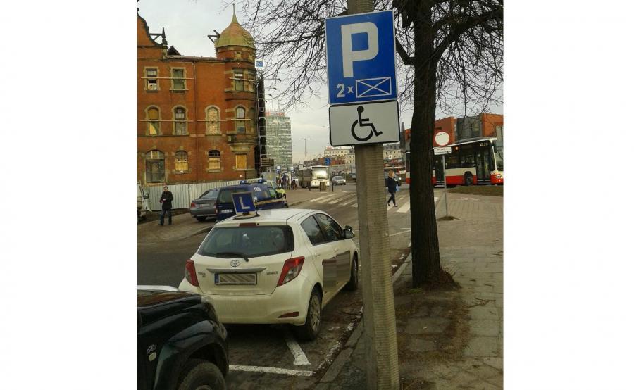 Auto nauki jazdy zaparkowane na kopercie dla niepełnosprawnych wyznaczonej na jednej z ulic niedaleko Dworca Głównego w Gdańsku