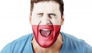 Krzyczący mężczyzna z biało-czerwoną flagą na twarzy