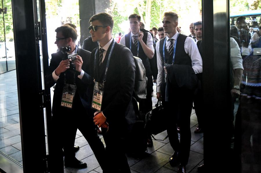 Piłkarze reprezentacji Polski: Dawid Kownacki (2L), Łukasz Teodorczyk (P) i bramkarz Wojciech Szczęsny (w głębi), po przyjeździe do hotelu Hyatt Regency