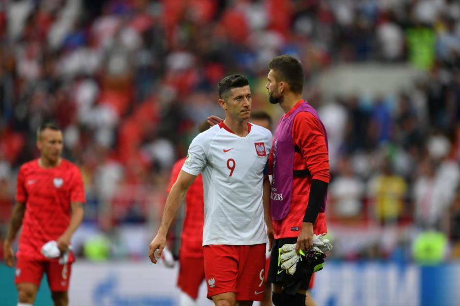 Kapitan reprezentacji Polski Robert Lewandowski (L) i rezerwowy bramkarz Bartosz Białkowski (P) po meczu z Senegalem