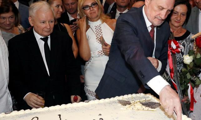 Kaczyński chwali Macierewicza podczas jego urodzin. \