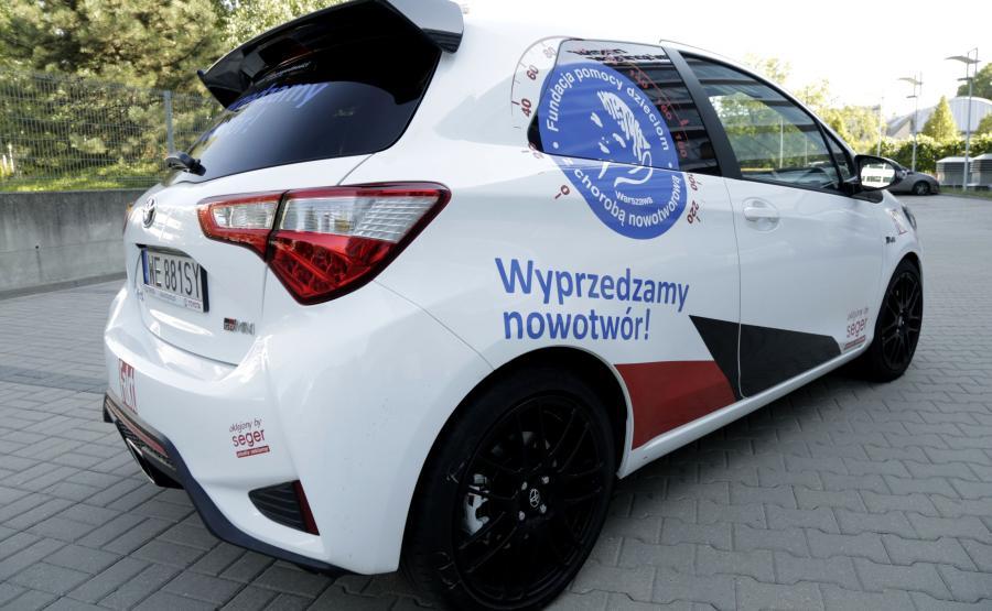 Toyota Yaris GRMN w barwach Fundacji Pomocy Dzieciom z Chorobą Nowotworową