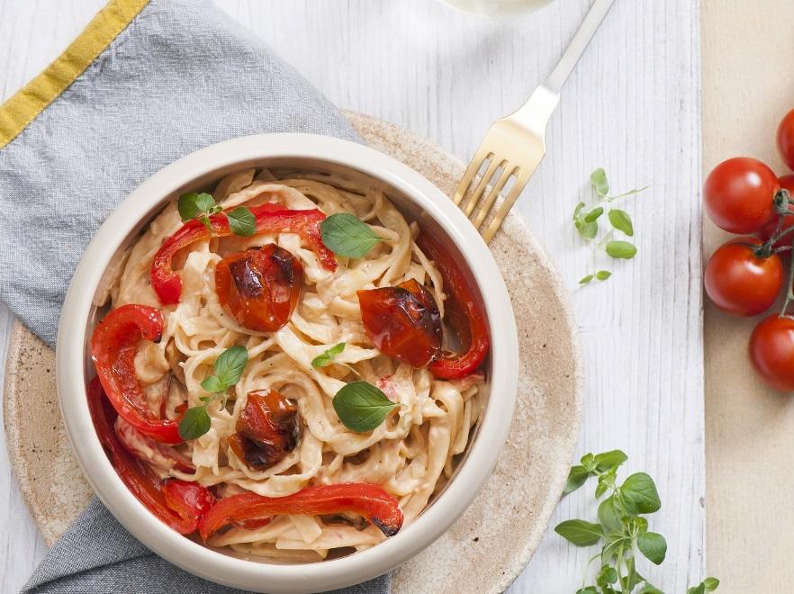 Makaron z pomidorami i papryką