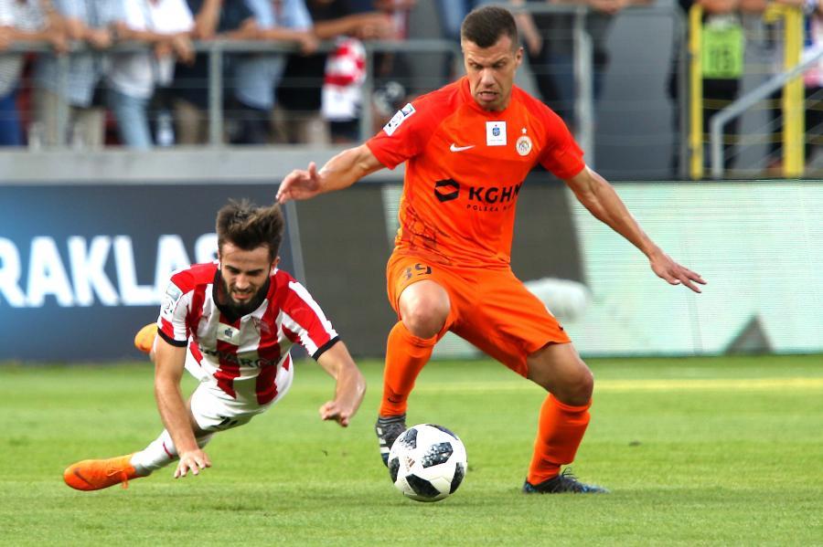 Zawodnik Zagłębia Lubin Damjan Bohar (P) podczas meczu piłkarskiej Ekstraklasy z Cracovią
