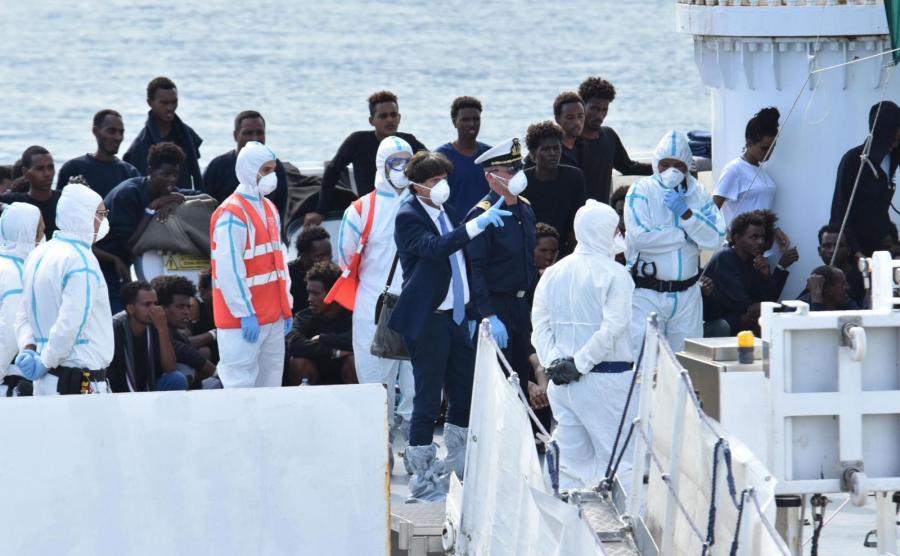 Statek z migrantami w sycylijskim porcie