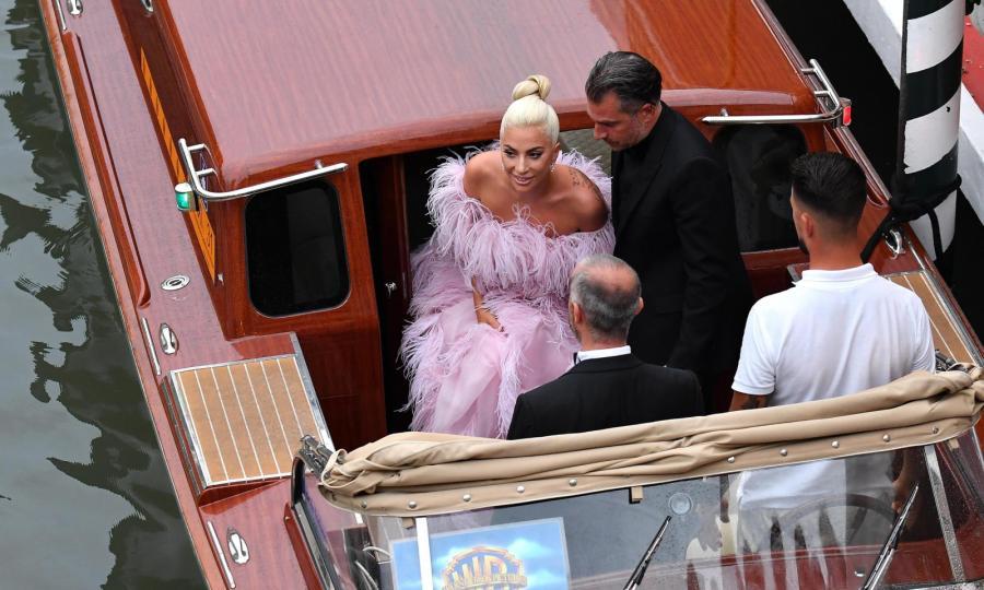 Lady Gaga przybywa gondolą na pokaz filmu \