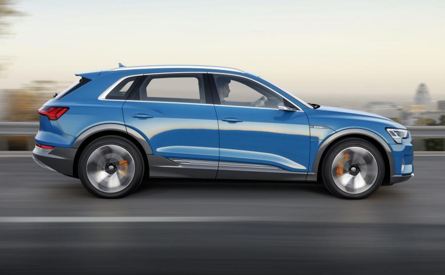 W zależności od sytuacji na drodze, elektrohydraulicznie zintegrowany system sterowania hamulcami decyduje – elektrycznie, indywidualnie w stosunku do każdej z osi – czy prototyp Audi e-tron zwalniał będzie przy pomocy silnika elektrycznego, hamulców, czy łącząc jedno i drugie
