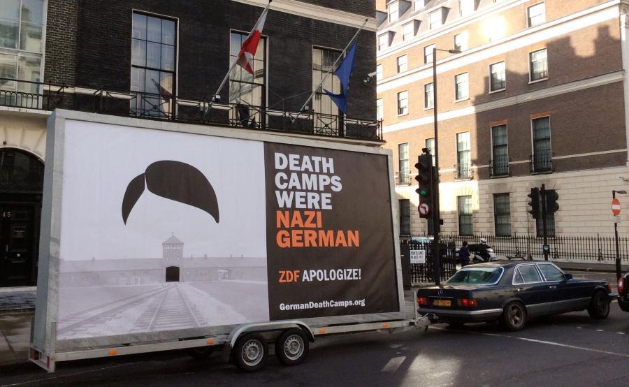Mobilny billboard z napisem \