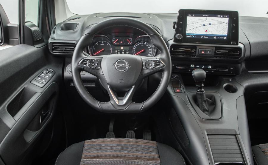 Opel Combo Life skrywa najnowsze systemy multimedialne kompatybilne z Apple CarPlay i Android Auto, dostępne z 8-calowym ekranem dotykowym. Smartfony można również ładować za pomocą indukcyjnej ładowarki