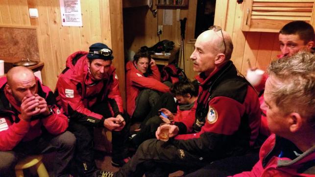 Ratownicy TOPR po całonocnej akcji odpoczywają w dyżurce w schronisku nad Morskim Okiem / fot. Andrzej Mikler