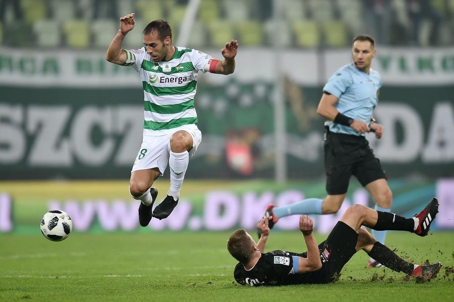 Zawodnik Lechii Gdańsk Flavio Paixao (L) i Janusz Gol (P) z Cracovii podczas meczu piłkarskiej Ekstraklasy