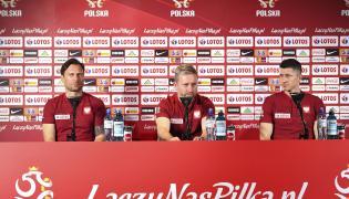 Od lewej: rzecznik prasowy PZPN Jakub Kwiatkowski, trener piłkarskiej reprezentacji Polski Jerzy Brzęczek i piłkarz Robert Lewandowski, podczas konferencji prasowej w Sopocie