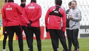 Trener piłkarskiej reprezentacji Polski Jerzy Brzęczek (P) rozmawia z zawodnikami, podczas treningu kadry