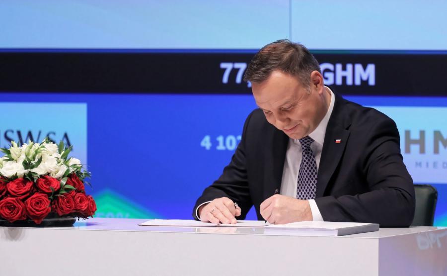 Prezydent Andrzej Duda podpisuje Ustawę o Pracowniczych Planach Kapitałowych w siedzibie Giełdy Papierów Wartościowych w Warszawie