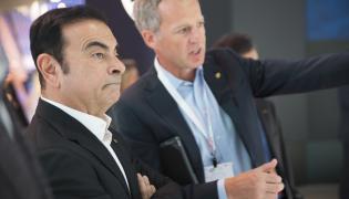 Carlos Ghosn (pierwszy od lewej)